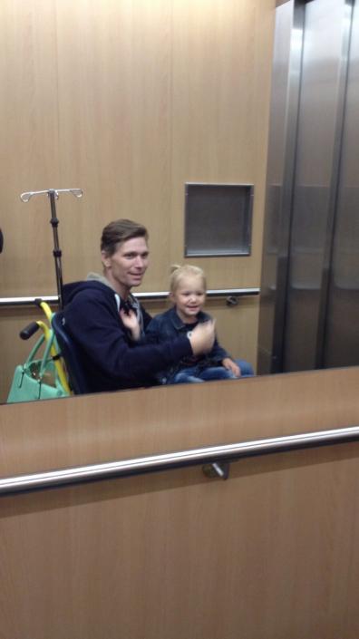 Jong weduwe met kinderen guy in rolstoel