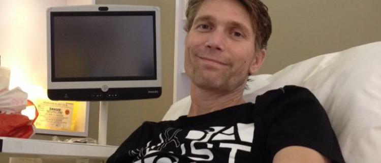 Jong weduwe met kinderen guy in ziekenhuisbed