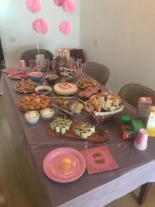 Zwangerschapsblog Bo deelt haar ervaringen over zwanger zijn babyshower tafel