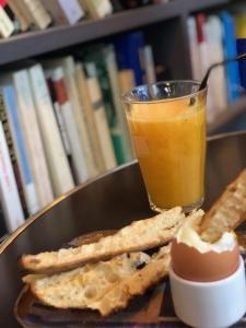 parijs met een tiener ontbijt bij merci