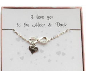 cadeaudoosje zilveren armband gegraveerd met infinity teken en hartje(s) kusterug