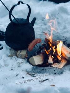 ijsvissen in lapland worstje roosteren